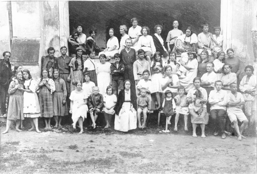 Лидия Арманд среди воспитанников теософской школы-колонии, 1924