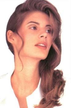 Длинные волосы могут быть волнистыми, вьющимися или свободно ниспадать на плечи.