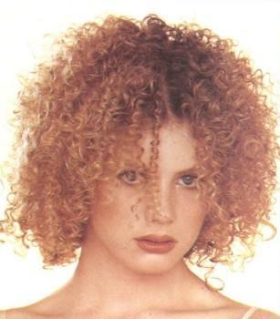 Вьющиеся от природы или завитые волосы можно уложить множеством разных способов